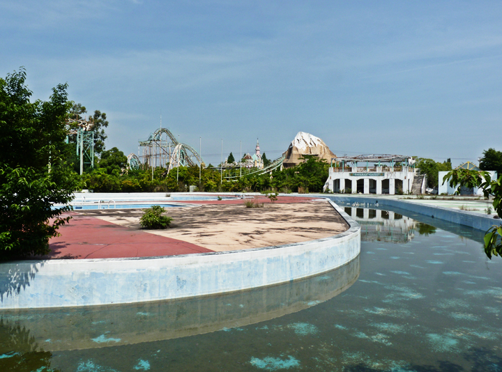 """Aqualand"" zone des piscines au Nara dreamland, Japon"